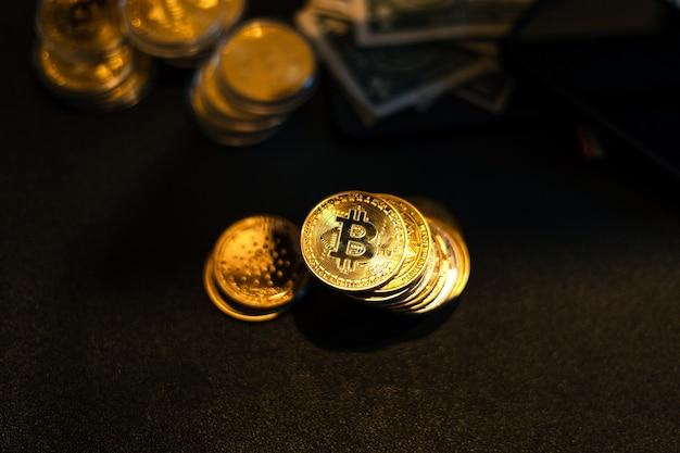 Bitcoin est placé sur un bureau devant un graphique informatique