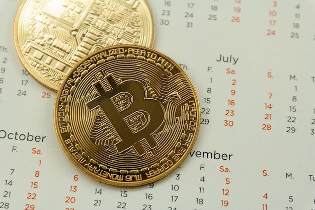 Bitcoin est placé sur le calendrier, concept de technologie de trading de crypto-monnaie.