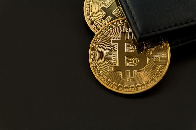 Bitcoin est placé sur le portefeuille, concept de technologie de trading de crypto-monnaie.