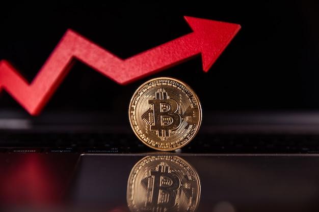 Bitcoin et flèche de croissance rouge sur la crypto-monnaie d'ordinateur portable l'augmentation de la valeur du bitcoin
