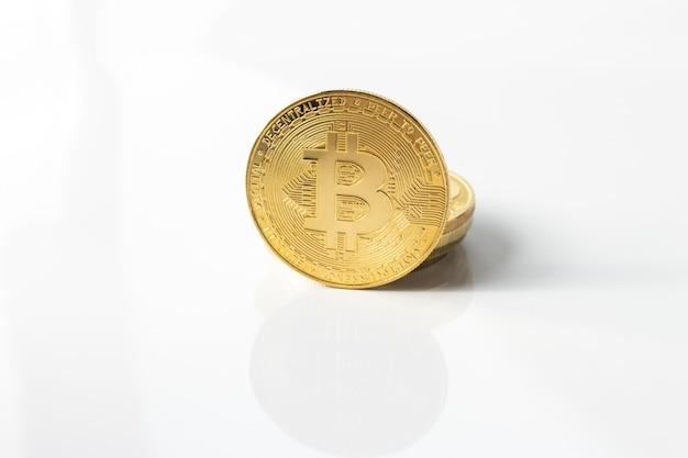 Bitcoin sur fond blanc brillant avec réflexion en gros plan