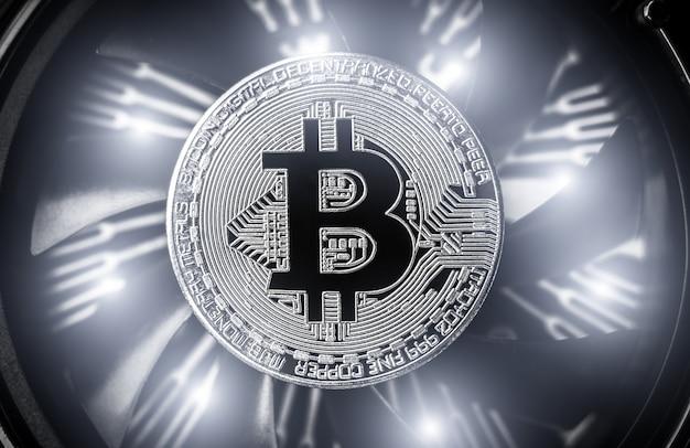 Bitcoin sur fond de ventilateur d'ordinateur de refroidissement