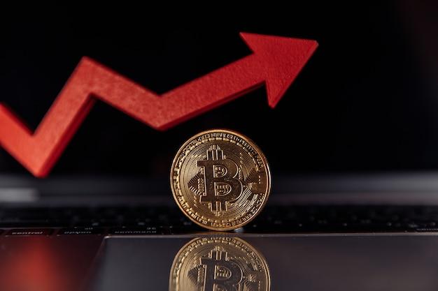 Bitcoin et gros plan de flèche de croissance rouge. concept de valeur de rypto-monnaie.