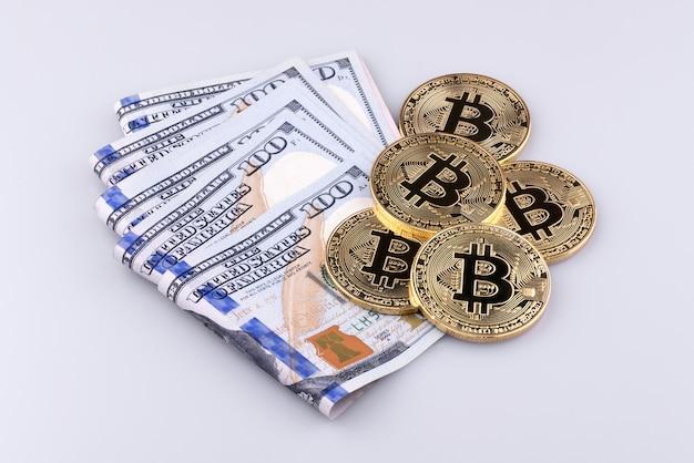 Bitcoin mettant sur fond de banque en dollars us.