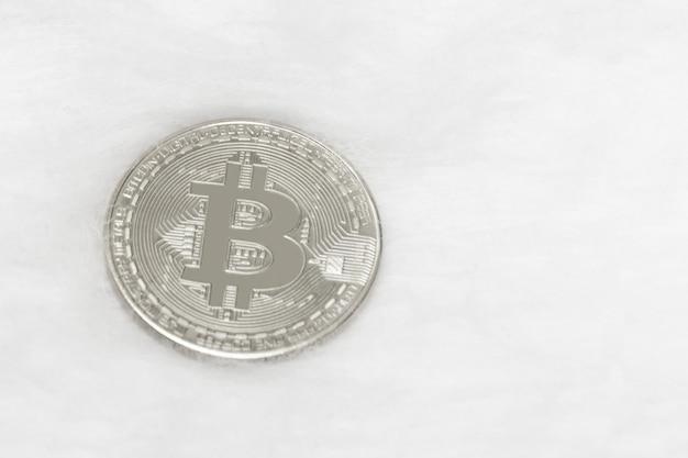 Bitcoin, monnaie argentée, sur, blanc, surface, gros plan