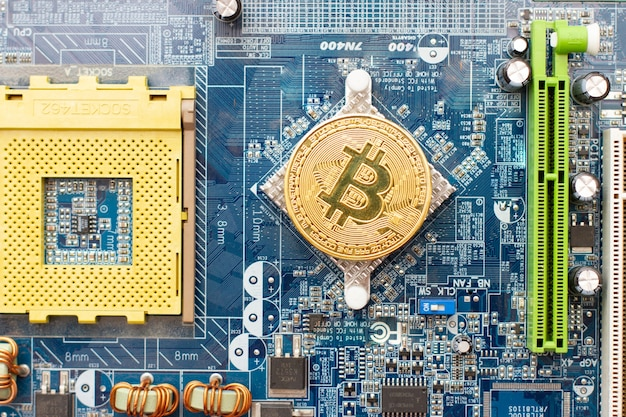 Bitcoin d'or sur la carte d'ordinateur principal du circuit