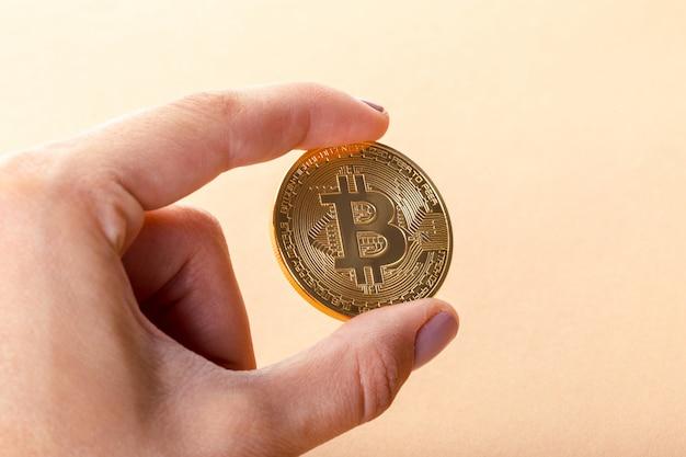 Bitcoin d'or dans la main d'un homme