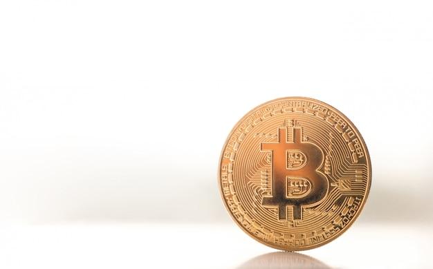 Bitcoin d'or sur la fenêtre avec la lumière du soleil.