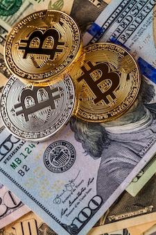 Bitcoin d'or sur fond de factures d'argent