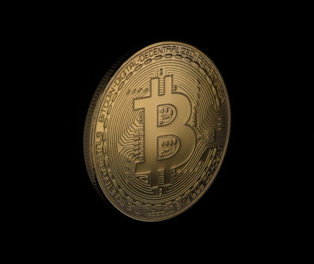Bitcoin d'or sur fond noir, gros plan. argent électronique isolé