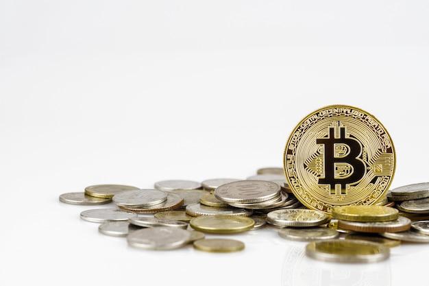 Bitcoin d'or sur de nombreuses pièces d'argent internationales