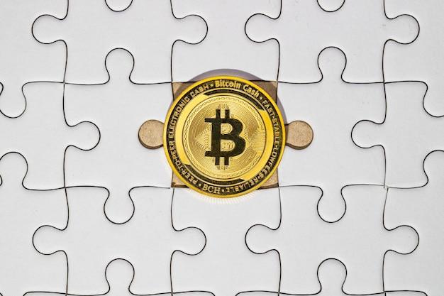 Bitcoin d'or sur le puzzle de la pièce manquante