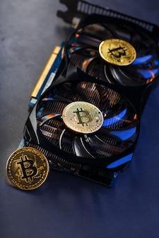 Bitcoin d'or sur le refroidisseur de carte vidéo sur fond sombre