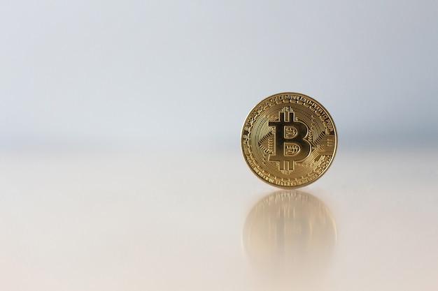 Bitcoin d'or sur la table avec espace de copie, concept virtuel de crypto-monnaie.