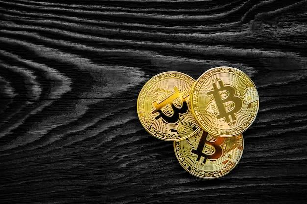 Bitcoin d'or sur un téléphone mobile moderne sur une table en bois
