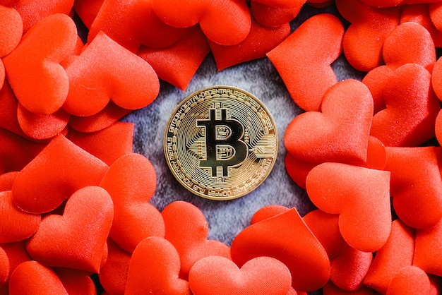 Bitcoin physique pièce sur coeurs rouges pour les fans de crypto-devises.