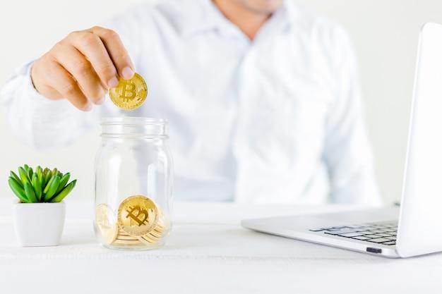 Bitcoin pièce pièce d'or dans le pot de verre sur bois