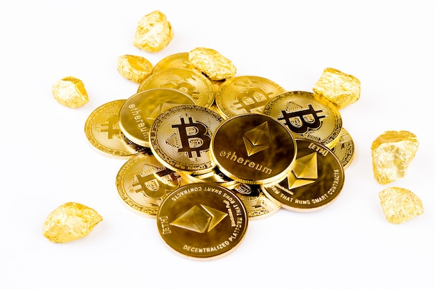 Bitcoin pièce pièce d'or, pile de cryptocurrencies bitcoin isolé sur fond blanc,
