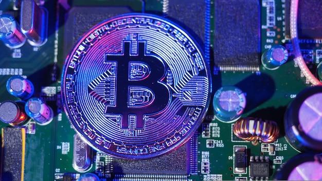 Bitcoin et semi-conducteur. représentent l'exploitation minière dans la crypto-monnaie causent le réchauffement climatique. bitcoins sur processeur