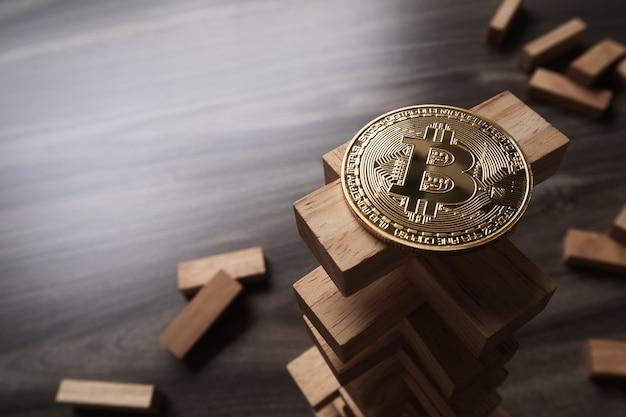 Bitcoin sur la tour de blocs de construction en bois.