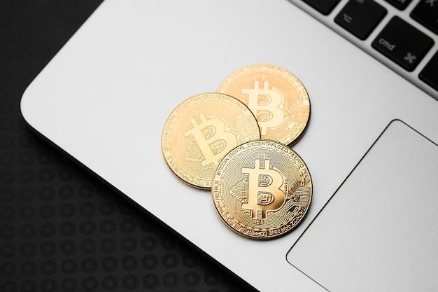 Bitcoins et argent virtuel.