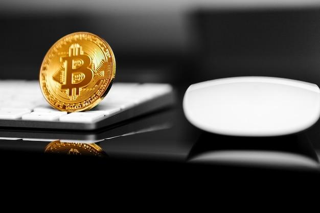 Bitcoins sur clavier d'ordinateur, concept de crypto-monnaie virtuelle btc