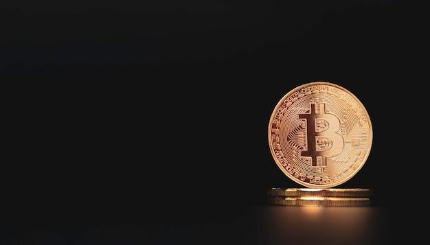 Bitcoins dorés empilés sur fond noir avec espace de copie, chaîne de blocs numérique et concept d'échange de devises crypto.