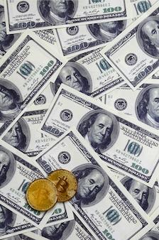 Les bitcoins dorés se trouvent sur beaucoup de billets d'un dollar