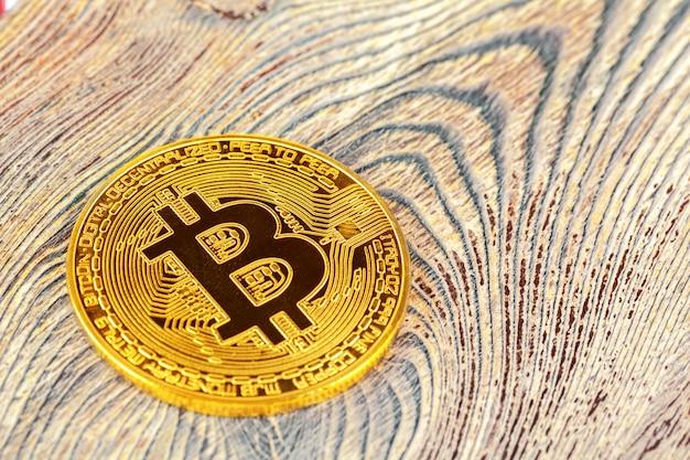 Bitcoins dorés sur une table en bois.