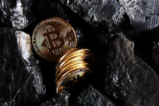 Bitcoins sur fond de charbon noir