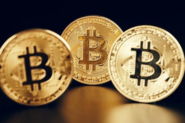 Bitcoins sur fond noir,