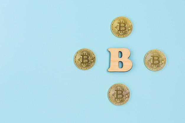 Bitcoins et lettre b en bois
