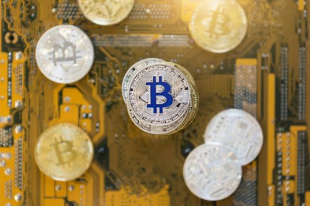 Les bitcoins d'or et d'argent sont empilés sur un gros plan d'arrière-plan lumineux. vue de dessus de la crypto-monnaie bitcoin à plat.