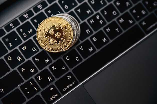 Bitcoins or sur clavier d'ordinateur