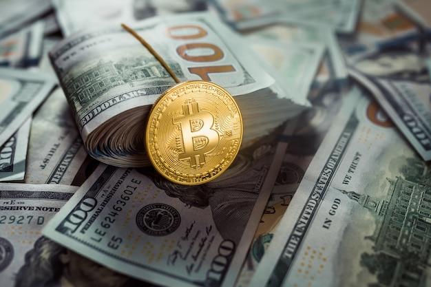 Bitcoins d'or couché sur des dollars américains