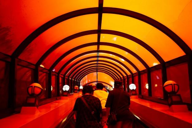 Bizarre escalator au parc à thème okinawa, okinawa world, qui relie la grotte à la terre.