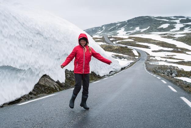 Bjorgavegen route enneigée dans les montagnes de norvège