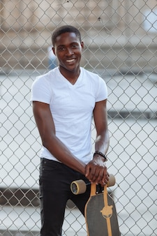 Black boy avec longboard au parc