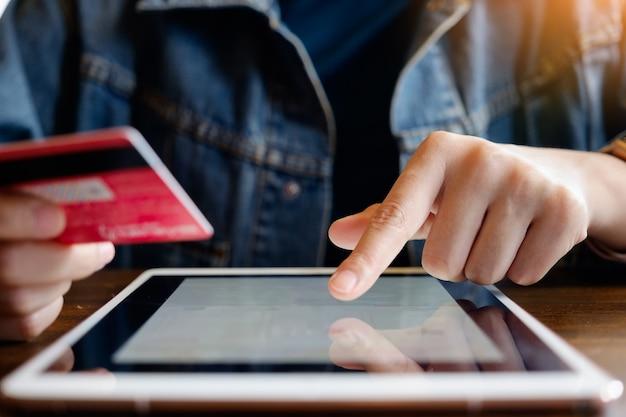Black friday, belle femme utilisant une carte de crédit et un ordinateur portable pour faire des achats en ligne.