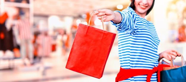 Black friday et boxing day. cadeau shopping et cadeau en vacances. femmes adolescentes tenant un sac à provisions.