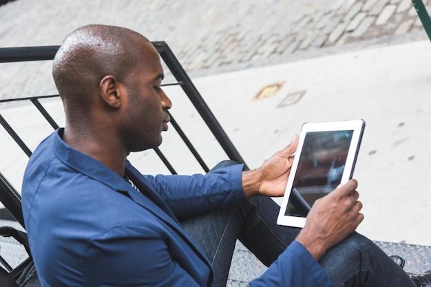 Black guy à l'aide de tablette numérique