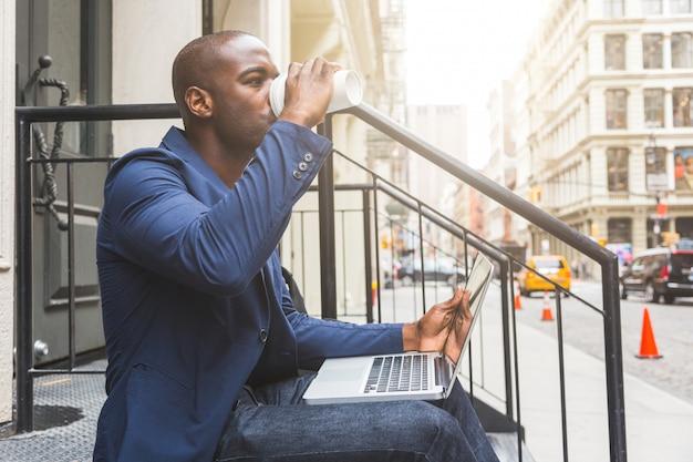 Black guy utilisant un cahier à new york