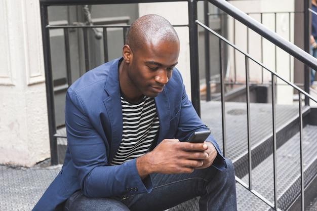 Black guy utilisant un téléphone intelligent