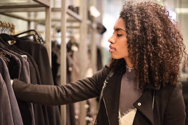 Black jeune femme faisant des courses dans un magasin
