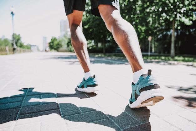 Black jogger in park mode de vie actif et sain