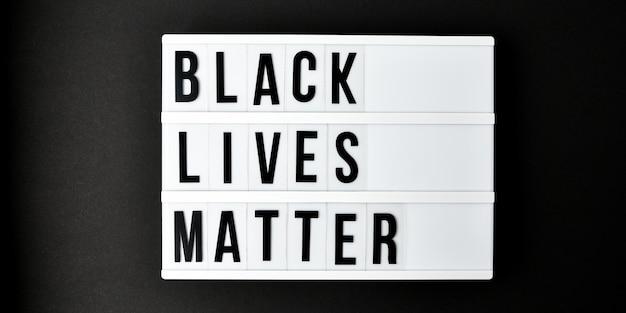 Black lives matter texte sur fond noir