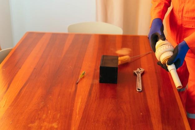 Black man répare un tuyau à la maison