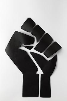 Black vit le concept de la matière avec le poing noir