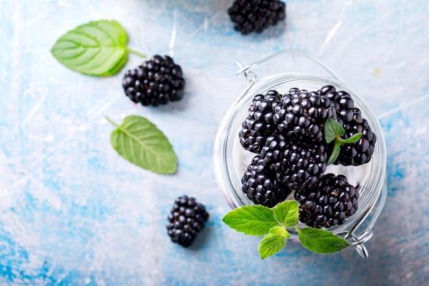 Blackberry avec du yaourt grec. dessert sucré d'été.