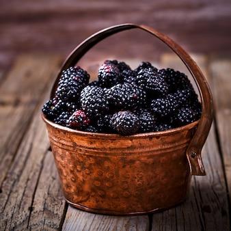 Blackberry fresh dans un seau en cuivre